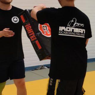 """🇫🇮 Eilen Ironman Kickboxingissa käytössä normaalien potkutyynyjen lisäksi myös isot kilvet, mäiskimistä kuntoilumielessä 👊😁 🇬🇧 Yesterday using in Kickboxing, in addition to the regular kicking mitts, also the big bodyshields...a little bit """"Kyokushin-style"""" training 👊😁 #ironmankickboxing #potkunyrkkeily #kyokushin #tulemukaan #mukavaayhdessä #toiminnallistakuntoilua #fightersclubfinland #saarioacademy #tornio #kemi"""